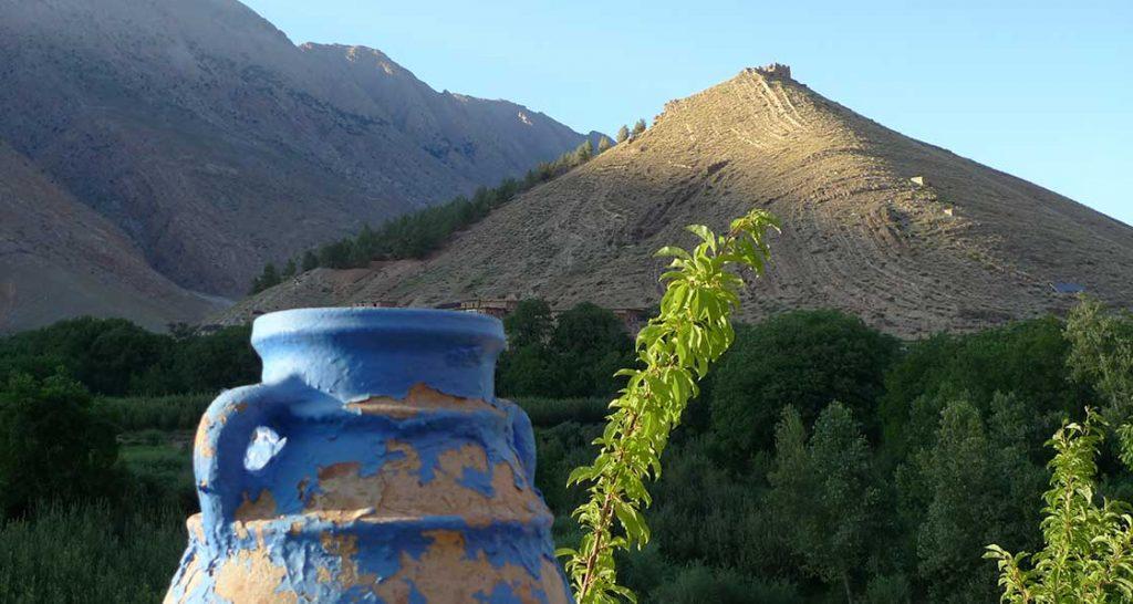 Vue sur un grenier fortifié au sommet d'une colline, au couché du soleil.