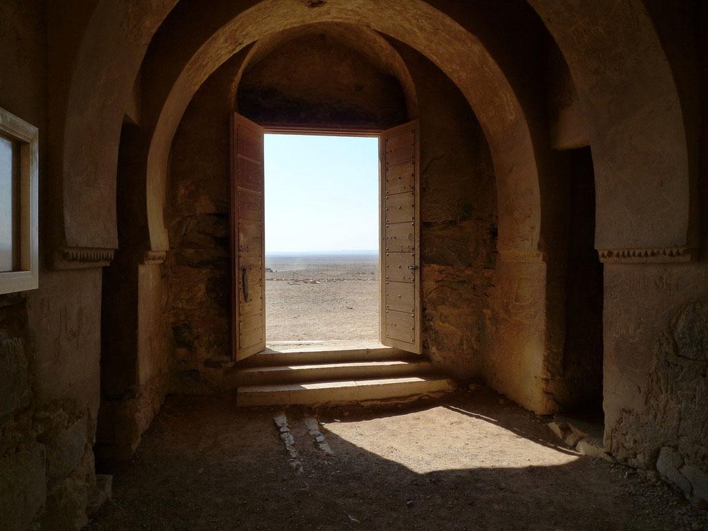 A l'intérieur du Qasr Kharana, la porte ouvrant vers le désert